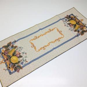 Runner in tessuto Gobelin, 70% cotone 30% poliestere. Rifinita sui bordi con sorfilo decorativo in cotone a tinta. Dimensioni 100 x 40 cm Prezzo riferito a un pezzo confezionato singolarmente.